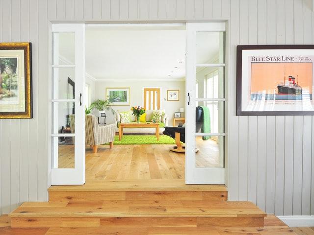 Ett ljust hem med trägolv